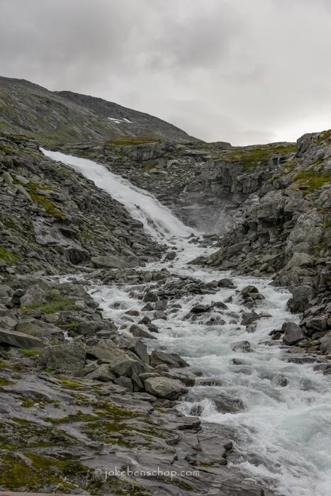 Met veel kabaal dondert het water naar beneden.