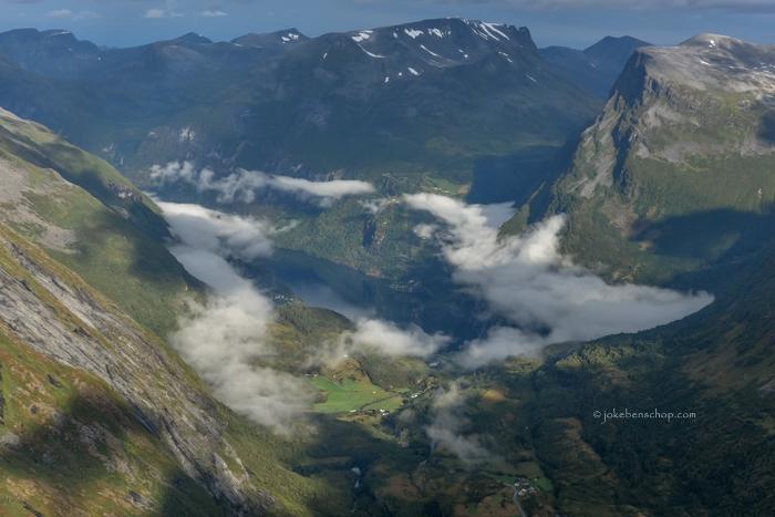 De wolken wijken en het fjord komt in het zicht.