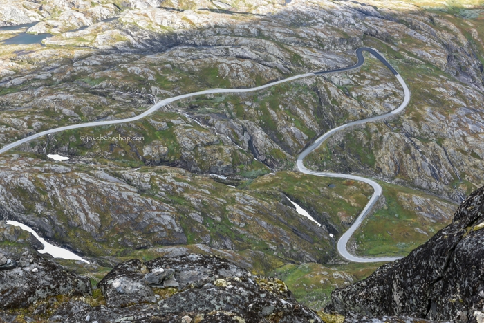 Over het randje kijkend loopt de weg naar Geiranger.