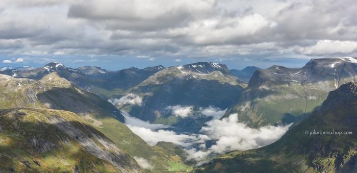 Het Geiranger fjord ligt onder een wolkendek.