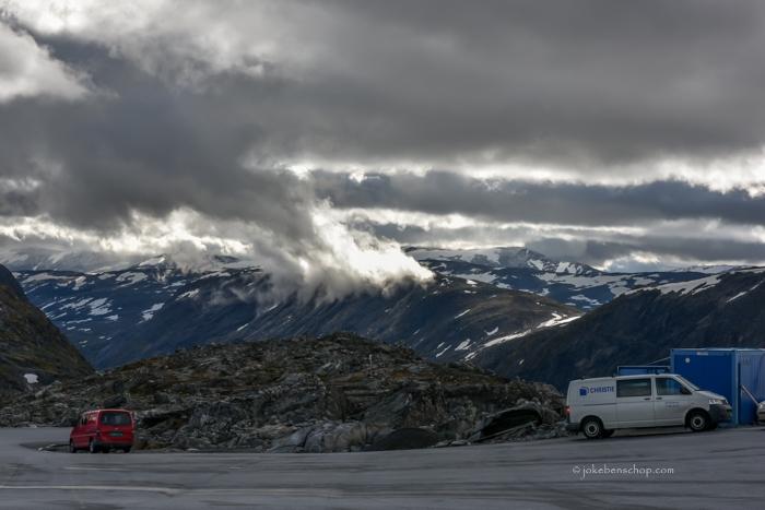 Achter ons lijken de wolken uit de berg te komen.