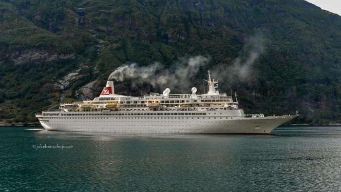 Het cruiseschip Boudicca wordt door het imposante fjord gedegradeerd tot een badbootje.