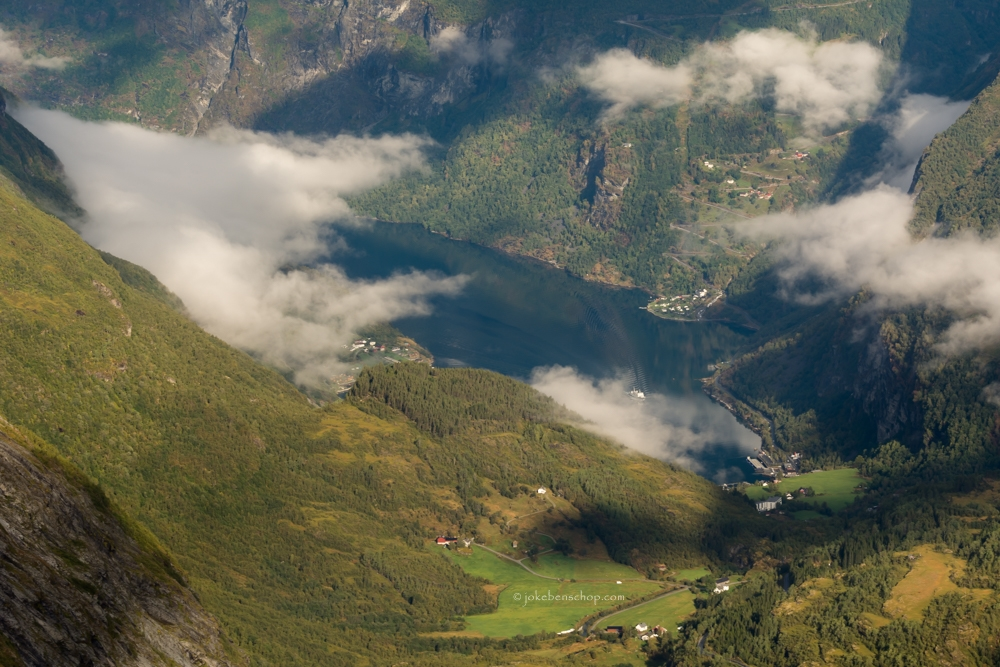Tussen de wolken door kijkend naar het Geirangerfjord geeft een groots gevoel.