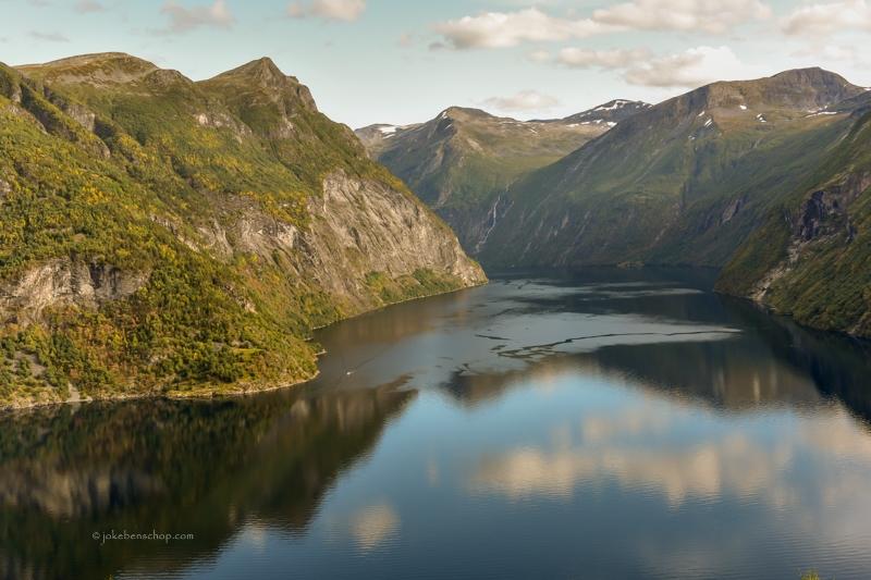 Van boven het Geirangerfjord in kijkend