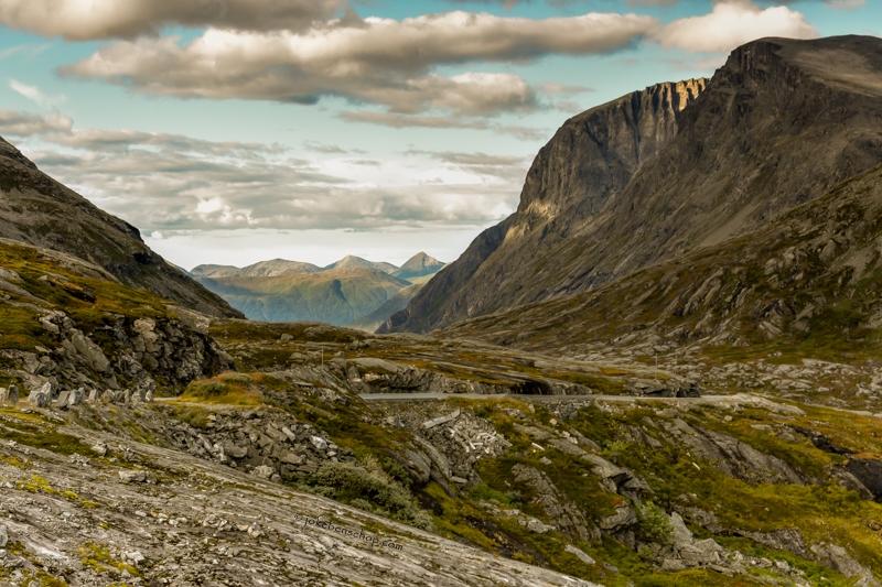 Doorkijkje tussen de bergen