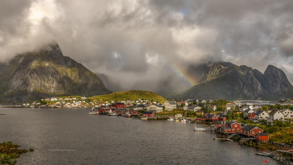 Regenboog bij Reine Lofoten