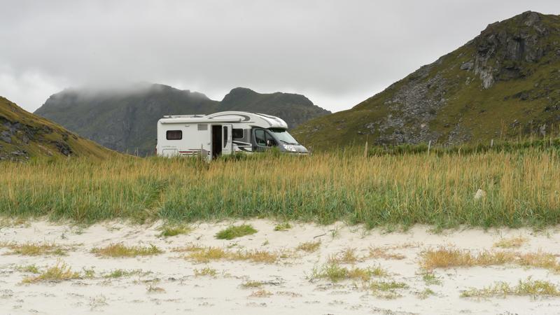 Camper op Haukland Beach Lofoten Norway