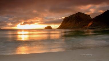 Zonsondergang Haukland beach Noorwegen