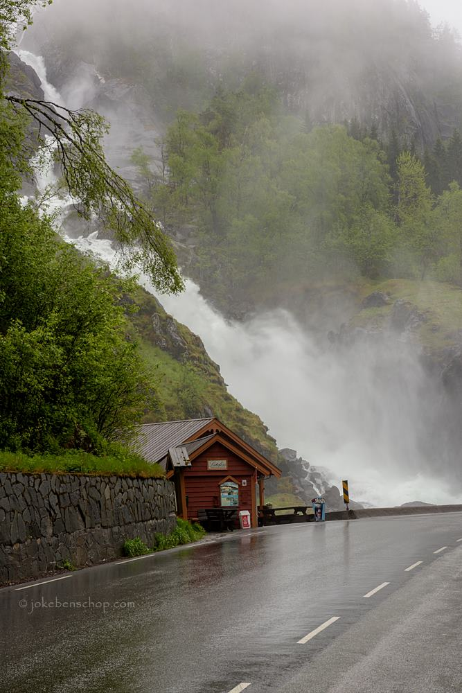 De grote watervallen Låtefossen
