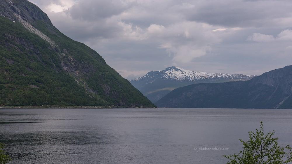 Nog wat donkere wolken boven het fjord