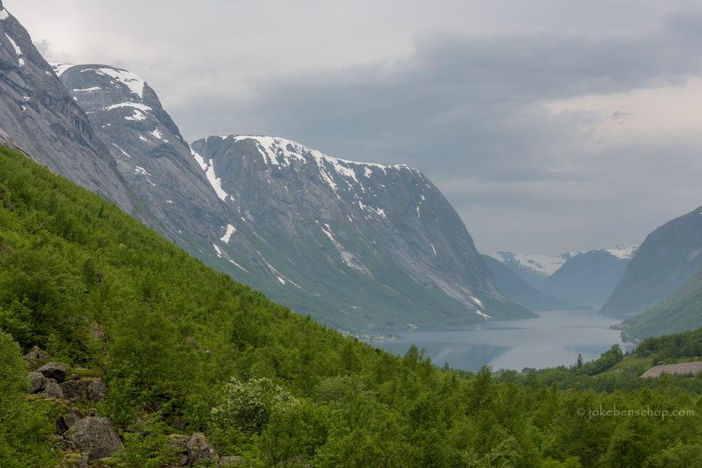 Hoog uitkijkend over het fjord