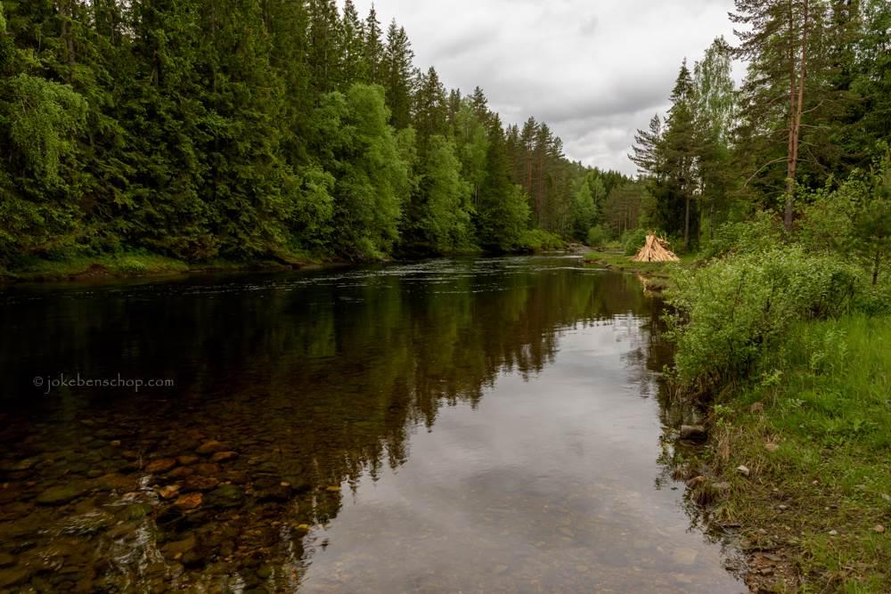 Houtstapel langs de rivier