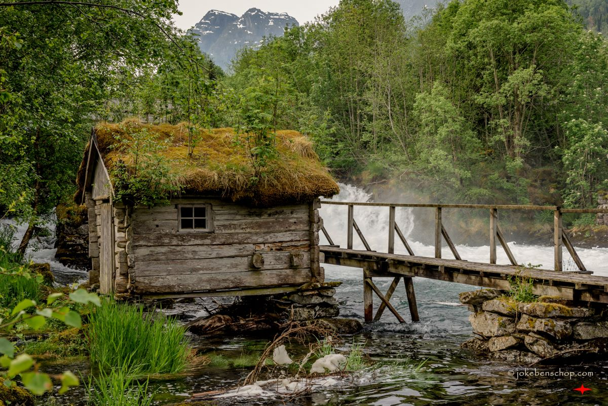 Hutje langs de rivier bij Olden Norway