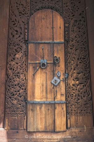 de kerkdeur van Torpo staafkerkje