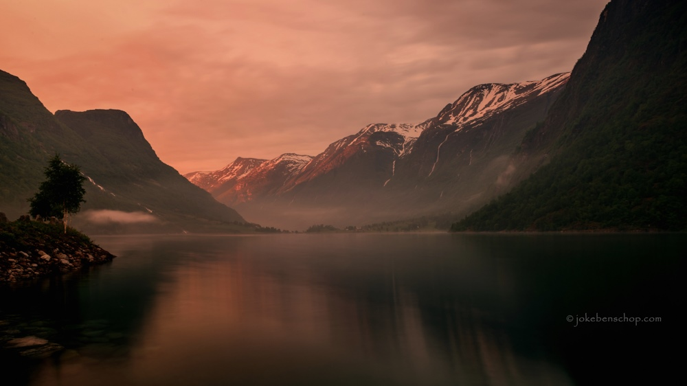 Het avondrood over het fjord