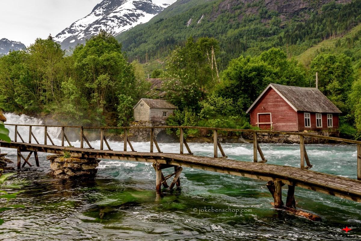 Langs de rivier bij Olden