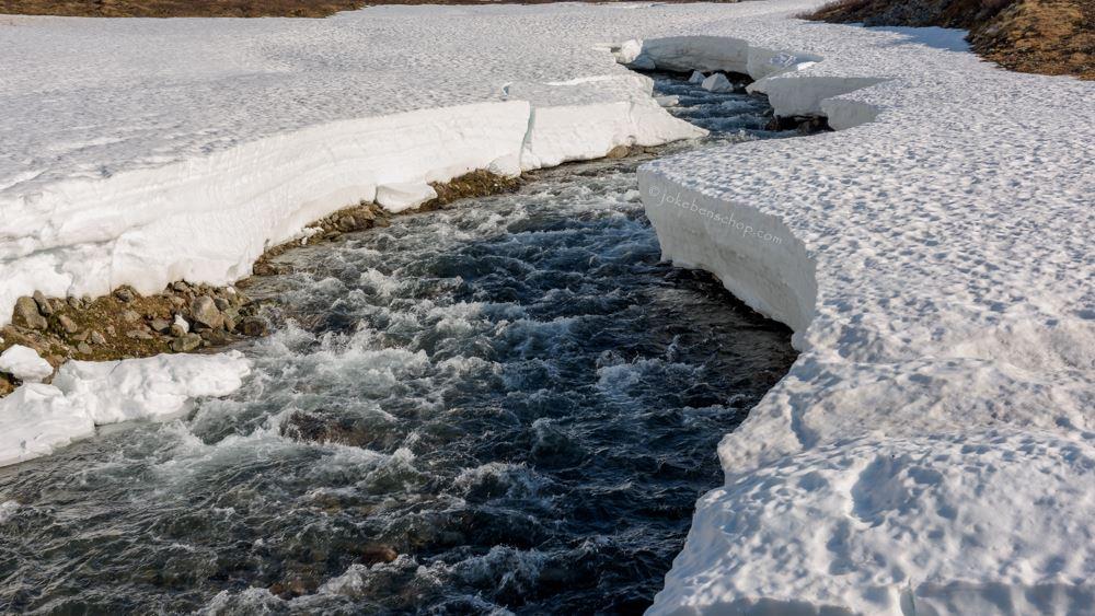 Een heuse rivier onder de sneeuw