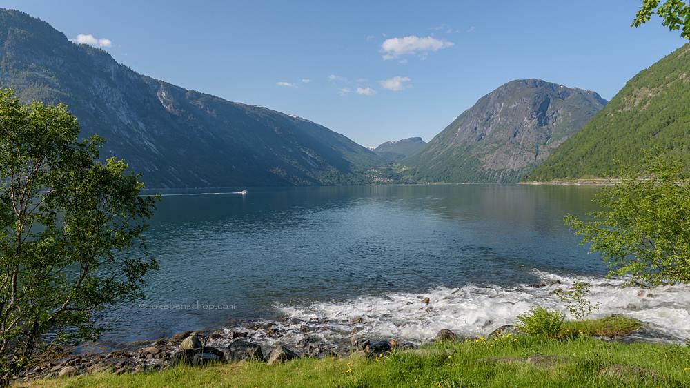 De rivier stroomt het fjord in