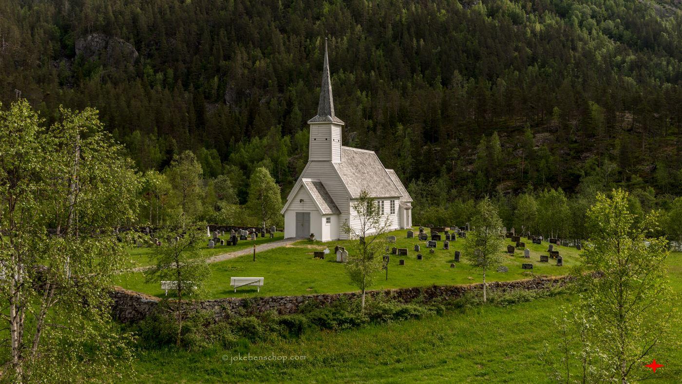 Wit Noors kerkje in het berg landschap