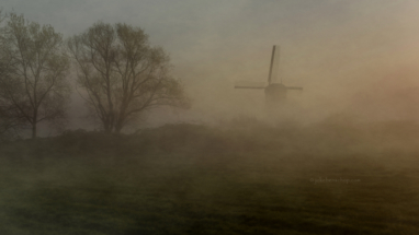 Weijpoortse molen in de mist Nieuwerbrug