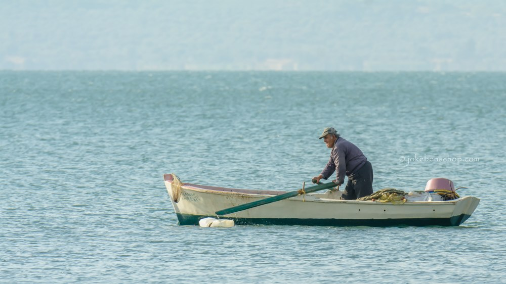 Roeiende vissersman