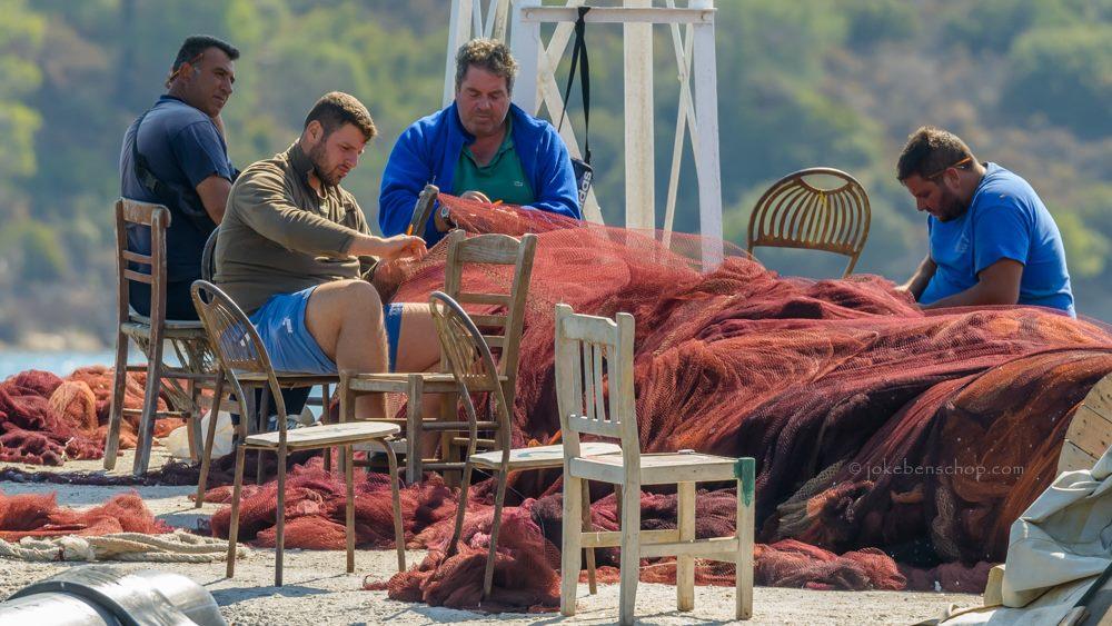 Vissers herstellen de netten in Skala Kallonis