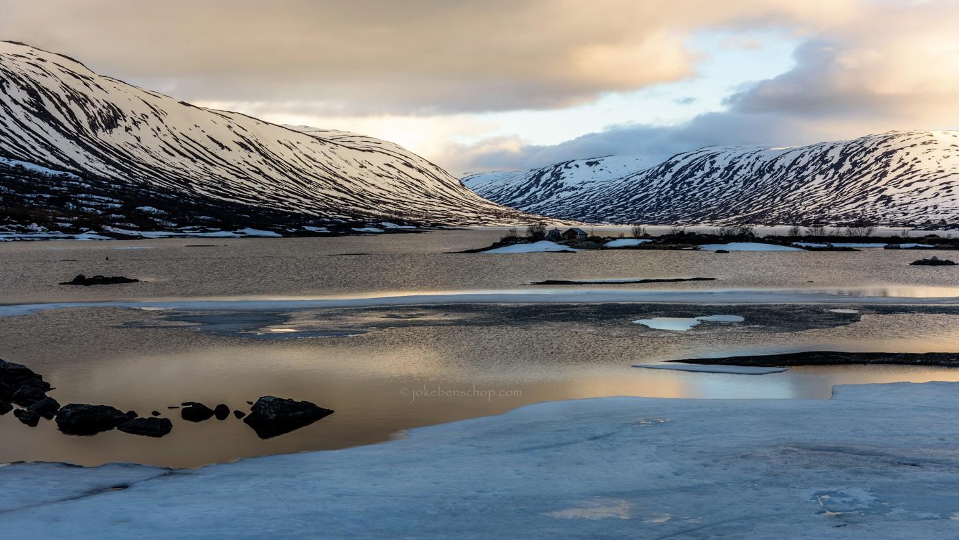 Smeltend sneeuw en ijs in Noorwegen